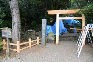 建て替えられた境内地の垣と鳥居(松下社)