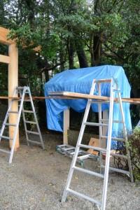 建て替えられた手水石の屋根(松下社)