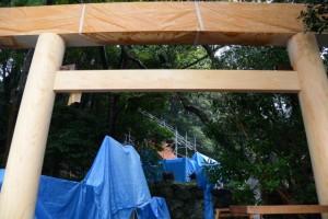 建て替えられた参道入口の鳥居(松下社)