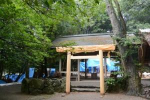 建て替えられた拝殿前の鳥居(松下社)