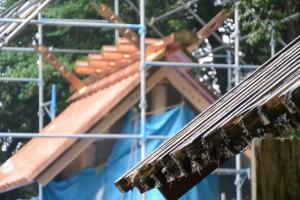 現在の本殿の屋根と新しい本殿の屋根(松下社)
