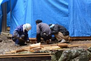 雨の日も作業が続けられる本殿の御造営(松下社)