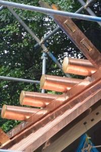 銅板が葺かれ巻かれた新しい本殿の屋根(松下社)