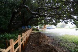 建て替えられる境内地の垣(松下社)