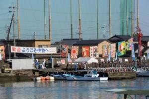 太一御用船(御幣鯛船)の到着を待つ(伊勢市神社港)