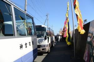 篠島から漁師さん一行を運ぶ神宮司廳のマイクロバス(伊勢市神社港)