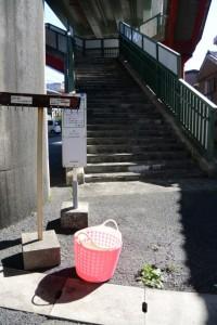 一色大橋(勢田川)の一色側の階段下に置かれていた餅を入れるカゴ