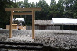 昨日に仮遷座を終えた神服織機殿神社ほかと仮殿となっている八尋殿