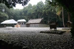 昨日に仮遷座を終えた神服織機殿神社および神服織機殿神社末社八所と仮殿となっている八尋殿