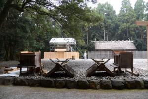 解体を終えた神服織機殿神社末社八所のうちの二所(神服織機殿神社)