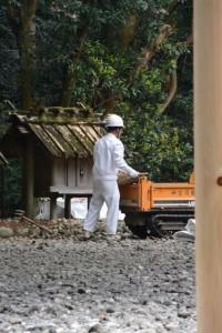 解体の準備が開始された神服織機殿神社末社八所のうちの二所(神服織機殿神社)