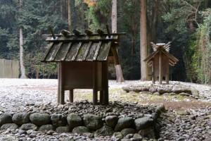 解体を待ち受ける神服織機殿神社末社八所のうちの四所(神服織機殿神社)