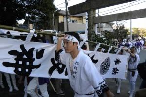 奉曳車から松阪神社へ運ばれる幟(松阪神社式年遷座・お木曳き)