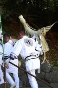 奉曳車から松阪神社へ運ばれる看板、注連縄(松阪神社式年遷座・お木曳き)