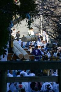 奉曳車から降ろされる御神木(松阪神社式年遷座・お木曳き)