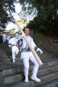 御神木を担ぎ上げる丸太の準備(松阪神社式年遷座・お木曳き)