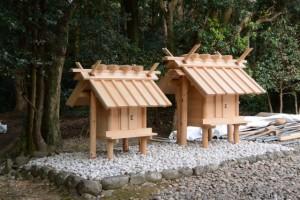 神服織機殿神社末社八所、西側の二所