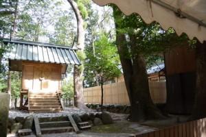 仮殿と修繕を終えた本殿、有田神社(伊勢市小俣町湯田)