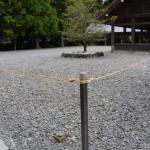 大庭の隅の丸っぽい石(外宮)