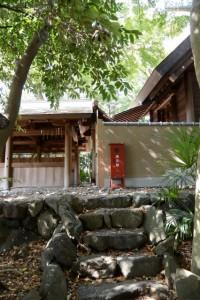 三囲稲荷神社から望む御厨神社の幄舎と本殿