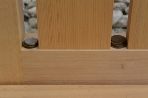 賽銭がお供えされていた神機殿神社の瑞垣御門