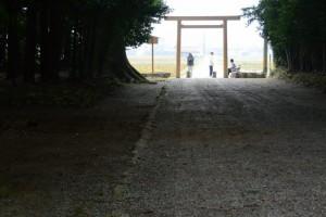 神服織機殿神社の参道入口付近は交流の場