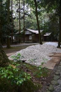 参道脇に積まれていたお白石(神麻続機殿神社)