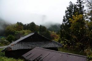 「多岐原神社へ・三瀬坂峠へ」の道標付近の風景