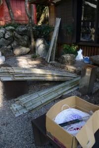 社務所前に置かれていた割り竹(賀多神社)