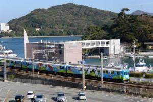 城山公園から遠望した近鉄観光列車つどいとミキモト真珠島