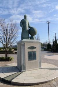御木本幸吉翁の銅像(鳥羽駅前、近鉄側)