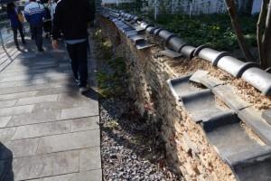 壊れかけた土塀、大黒橋(妙慶川)付近