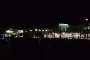 夜のJR鳥羽駅と近鉄鳥羽駅