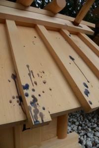 木の実で屋根が色付いた神服織機殿神社末社八所(皇大神宮所管社)