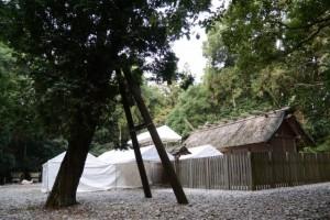 多数のテントが建てられた斎庭(神麻続機殿神社)