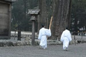新嘗祭、使用せずに引き上げられる松明(外宮)
