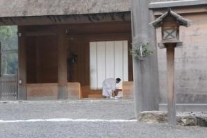 新嘗祭、外玉垣南御門にて参進の準備(外宮)