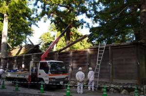 御正宮の板垣取り外し作業(外宮)2011年12月17日