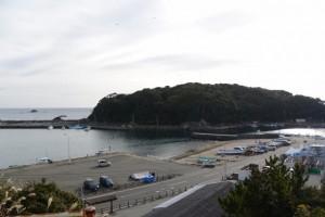 高台から望んだ波切漁港の風景