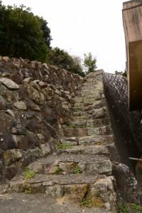 急な狭い石段((16)天満組・出口の山の神〜大慈寺)