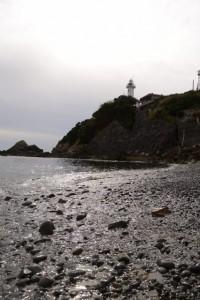 須場の浜から見上げた大王埼灯台