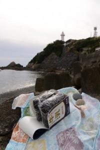 須場の浜にておにぎらずを食べながらの丸い石探し(大王町波切)