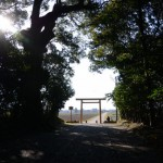 神服織機殿神社の参道入口鳥居