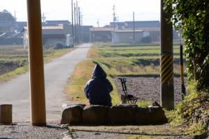 神服織機殿神社の参道入口鳥居付近に佇むおばあちゃん