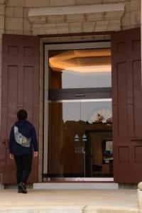 正面入口の巨大な扉(神宮徴古館)