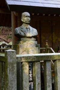 寂しげな尾崎咢堂翁の銅像(合格神社)