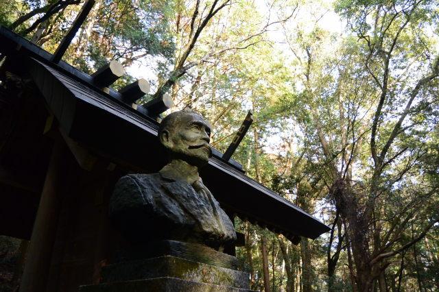 眼差しは何処へ、尾崎咢堂翁の銅像(合格神社)