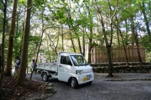 瀧祭神付近に軽トラック