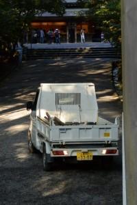 風日祈宮橋付近にも軽トラック