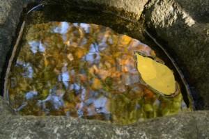 石の蕃塀脇にある手水石(草奈伎神社・大間国生神社)